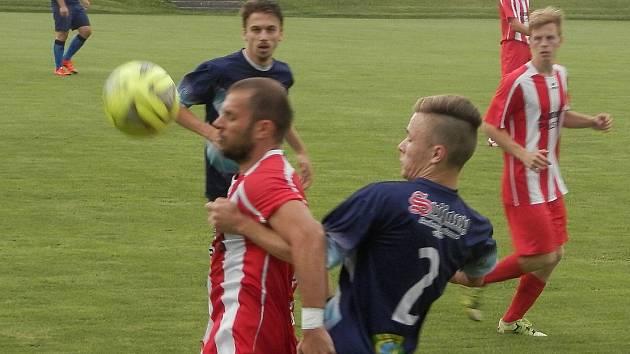 DOMÁCÍ útočník Tomáš Belák si kryje míč před Vojtěchem Tvrdým.