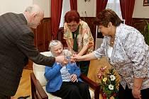 ÚCTYHODNÉHO VĚKU se dožívá paní Rozálie Kočárková z Domova důchodců v Milešově.