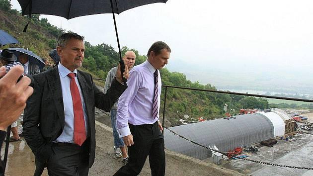Ministr dopravy Vít Bárta navštívil v pátek 6. srpna Ústecký kraj. Během služební cesty si v doprovodu hejtmanky a starostů blízkých obcí prohlédl také rozestavěný úsek dálnice D8.
