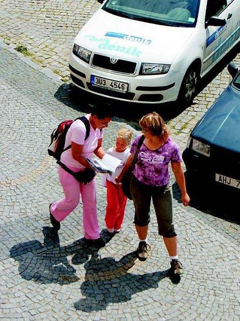 Marcela Maršálková nabízí lidem na litoměřickém náměstí magazín, jehož zakoupením přispívají na handicapované děti.