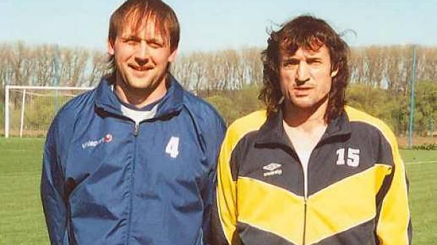 Největšími oporami v jarní části byli pro fotbalisty Hrobců Roman Bedlivý (vlevo) s Ivem Knoflíčkem.