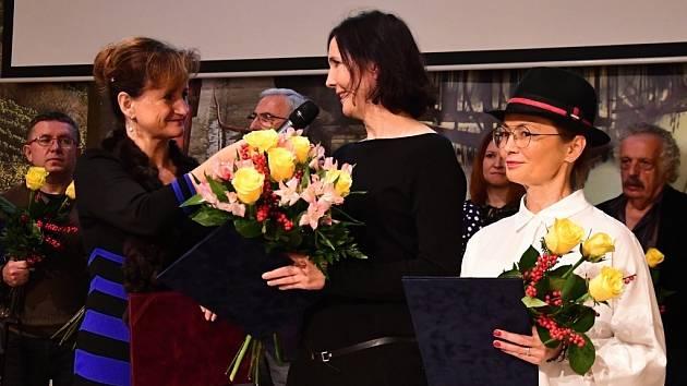 Eva Břeňová, která akci moderovala, vede rozhovor s patronkou prvního ročníku kampaně Dianou Cepníkovou. Zcela vpravo je patronka příštího ročníku Jana Plíhalová.