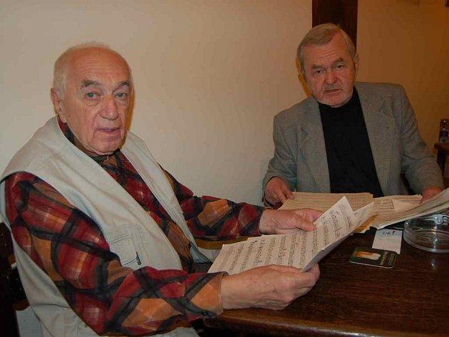Kapelník František Honzák a kytarista Vladimír Polák (vpravo) se sešli nad notovým záznamem skladeb, které orchestr zahraje v Domě kultury v Litoměřicích.