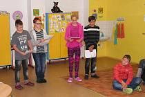 """Žáci 7. třídy prezentující školní projekt """"Bezpečně do školy"""" (zleva D. Círus, A. Kárník, T. Šantinová a T. Starý)."""