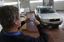 Zkušený technik Vratislav Jakoubek musel od ledna rozšířit své dovednosti, na úvod prohlídky každé přistavené vozidlo nafotografuje.