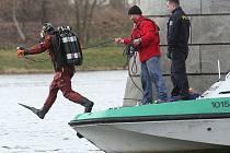 POTÁPĚČI ze Záchranné vodní služby za asistence Poříčního oddílu Policie ČR kontrolovali pod vodou okolí pilířů Tyršova mostu, za dva týdny by se měla vodoteč vyčistit.