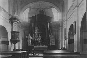 BÝČKOVICKÝ KOSTEL před demolicí. Někteří pamětníci dodnes nemohou pochopit, proč v kostele před odstřelem nechali téměř všechno vnitřní zařízení.