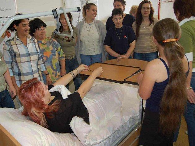 Účastnice kurzu se už během teoretické části výuky učily, jak manipulovat s  nemocnou či postiženou osobou na lůžku