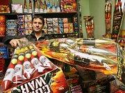 Prodejce pyrotechniky v kamenném obchodě Jaroslav Kyzlík z Litoměřic ukazuje, o jaké zboží je letos před Silvestrem největší zájem. Hlavně pejskaři si pak oblíbili tiché ohňostroje, tedy světelné efekty bez hlučných explozí.