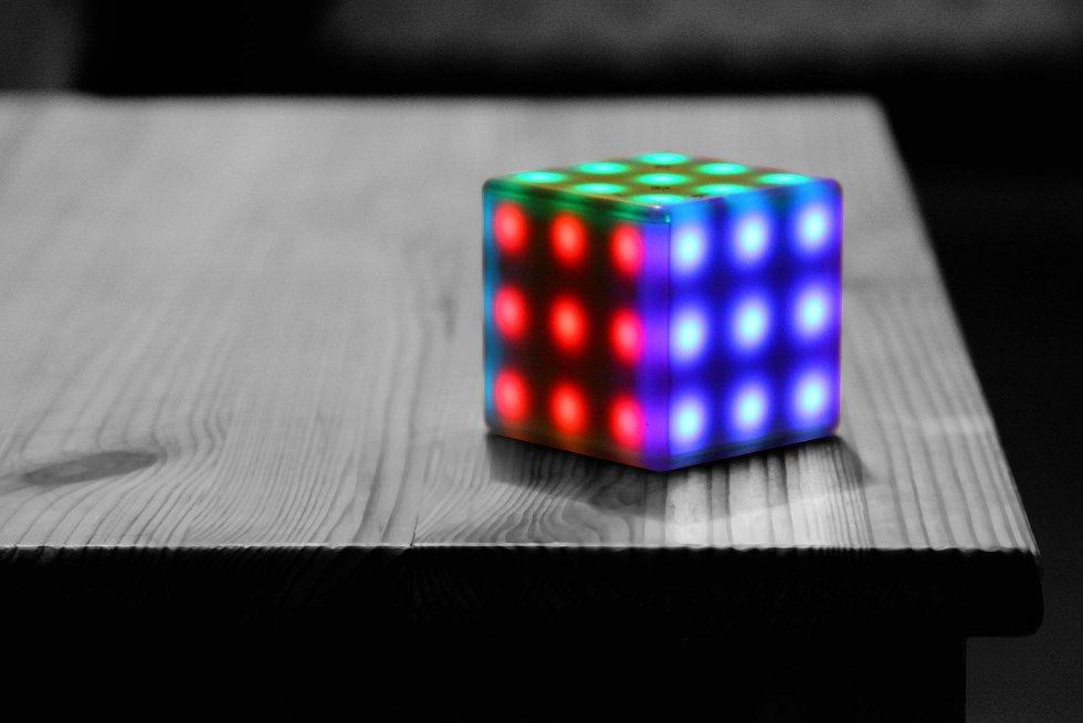 Jan Krejsa je jedním ze dvou českých autorů, který se podílel na vynálezu, jež posvětil sám Erno Rubik, otec slavné Rubikovy kostky. Novinka nese název Rubik's Futuro Cube.