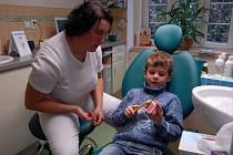 Dentální hygienistka Markéta Štorová ukazuje malému Vojtovi, kterého do ordinace přivedla jeho maminka Andrea Güntherová z Travčic, jak si má správně čistit zuby.