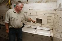 UMÝVÁRNA. Petr Zimandl ukazuje umývárnu, která se z dob NPVÚ dochovala dodnes v suterénu zámku, který je běžně nepřístupný.