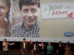 Na snímku vidíme při besedě producenta M. Šmídmajera (vlevo), vedoucí kina M. Špadrnu, dále scénáristu Pecháčka s režisérem Kleinem (uprostřed), které doprovodily do Litoměřic manželky. Zcela vlevo pak vidíme herečky N.Boudovou s D.Nesvačilovou