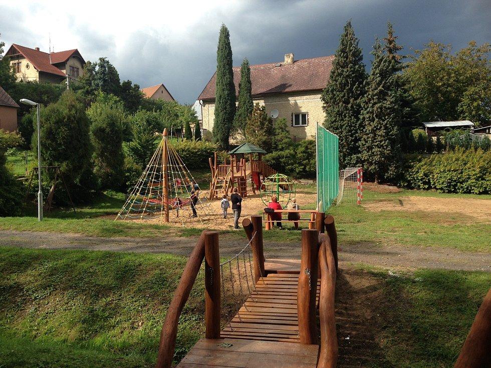 Hřiště poblíž kulturního domu v Litochovicích.
