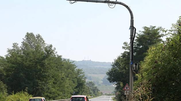Kamerové body u Malých Žernosek, které měřily úsekovou rychlost, nechalo ŘSD je v minulých dnech demontovat.