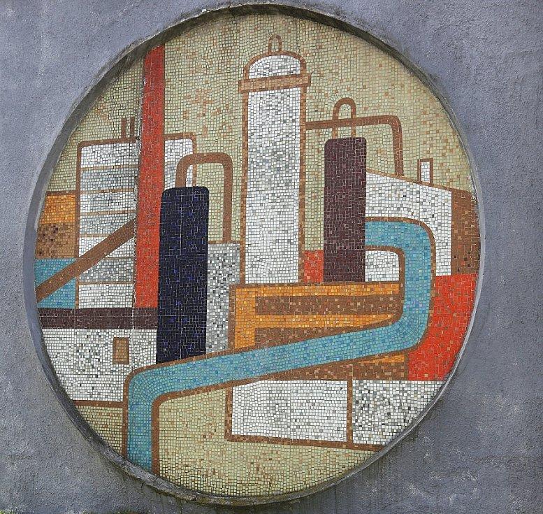 MOZAIKA s vyobrazením starých Lovosic a chemičky se nachází na stěně bývalé výměníkové stanice u podchodu.