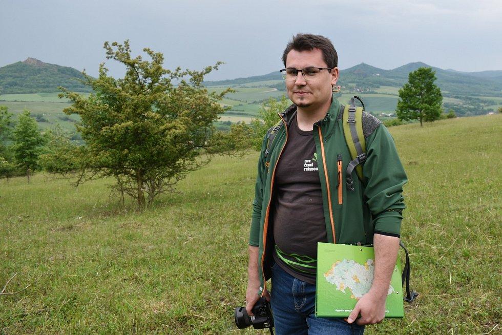 Ondřej Nitsch z Agentury ochrany přírody a krajiny ukazuje, jak důkladná pastva svědčí louce, rozkvétá