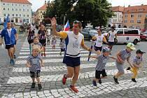 Mírový běh v Litoměřicích. Ještě před startem další etapy se běžci setkali se zástupci iniciativy Rozběháme Litoměřice, místostarostou Lukasem Wünschem a dětmi z dechového stacionáře v Tylově ulici.