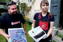 Pavlína Prošková a Milan Žák ukazují své návrhy.