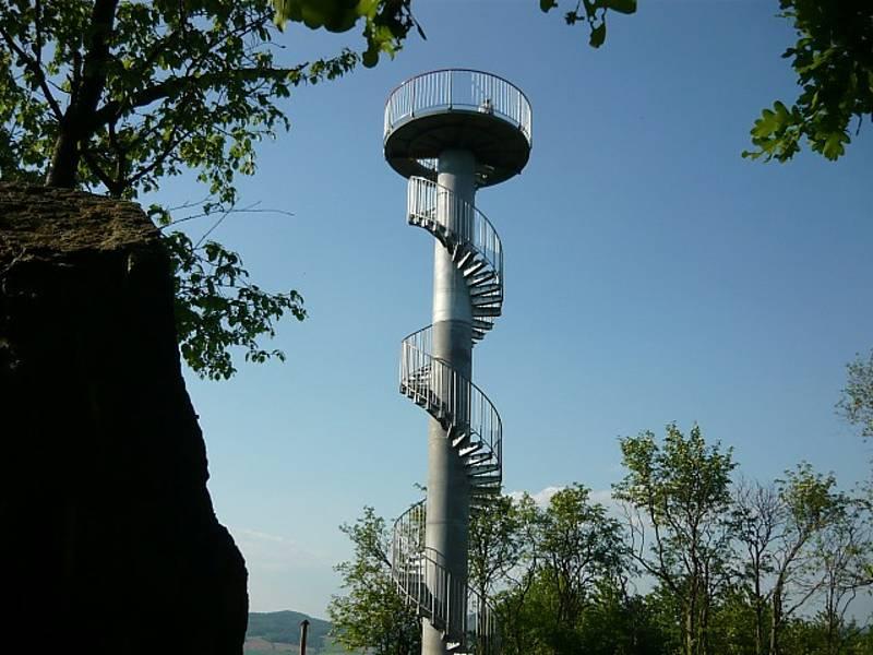 Rozhledna na vrchu Hořidla stojí asi dva kilometry od Chotiněvse. Otevřená byla v roce 2010.