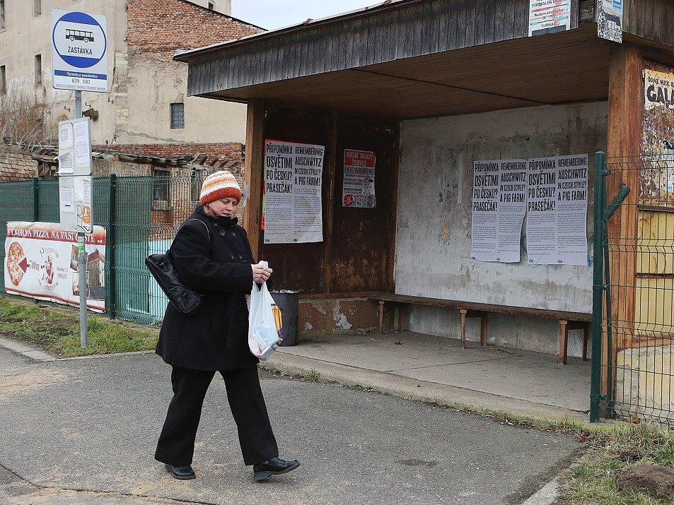PÉRÁKOVA PRÁCE. Plakáty visí na zastávce u bývalého mlýna v Terezíně.