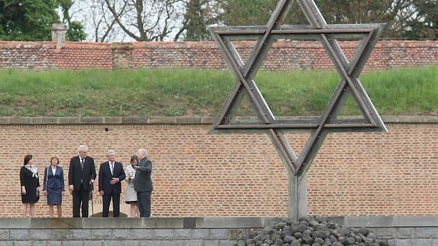 Český a německý prezident na návštěvě Terezína.