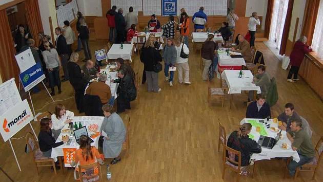 Sál kulturního domu ve Štětí se zaplnil zájemci o zaměstnání a firmami, které ho nabízely.