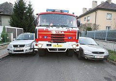 Auta stěžují hasičům průjezd.