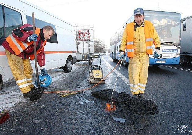 OPRAVA silnice v Průmyslové ulici proběhla v pondělí, po označení vozovky jako nebezpečné.