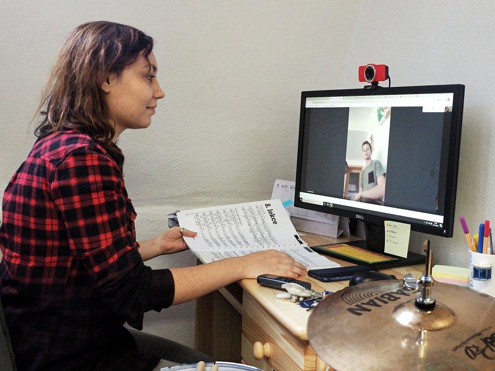 Učitelka Barbora Patáková z oddělení bicích nástrojů v on-line kontaktu se svým žákem Matějem Škoulou.
