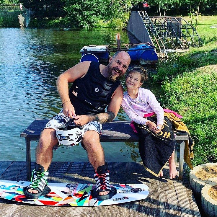 Dárce kostní dřeně Aleš Bezemek z Litoměřic na oblíbeném wakeboardu.