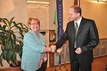 MÍSTOSTAROSTA Václav Červín přijal ředitelku komunitní školy ve Walesu Pam Boyd.
