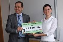 75.000 KORUN NA NEZISKOVÉ PROJEKTY mladých Litoměřičanů předal při vyhlášení letošního kola jednatel společnosti Hennlich Industrietechnik Pavel Šumera správkyni fondu Kateřině Valešové.