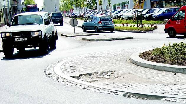 Poničená kruhová křižovatka v Roudnici