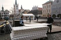 Demontáž kluziště na litoměřickém náměstí.