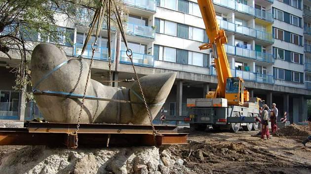 Přemísťování skulptury v Lovosicích.