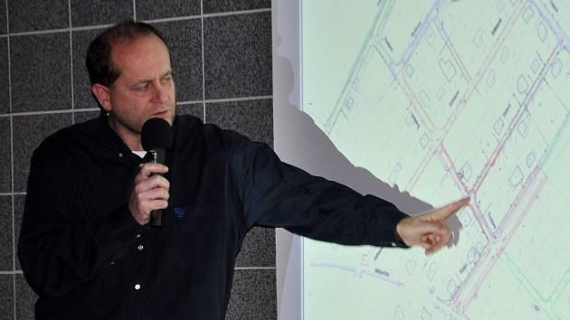 """Místostarosta Červín názorně vysvětlil, kde jsou pomyslné """"dopravní špunty"""", jež brání dalšímu rozvoji infrastruktury na Miřejovické stráni."""