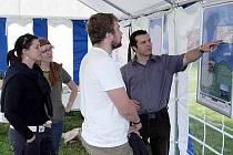 ZA VÍNEM. Projekt Vinné stezky na snímku prezentuje Karel Stejskal ze společnosti Vinum Celebratum, která  stezku společně s o. s. Békadilkoš realizuje.