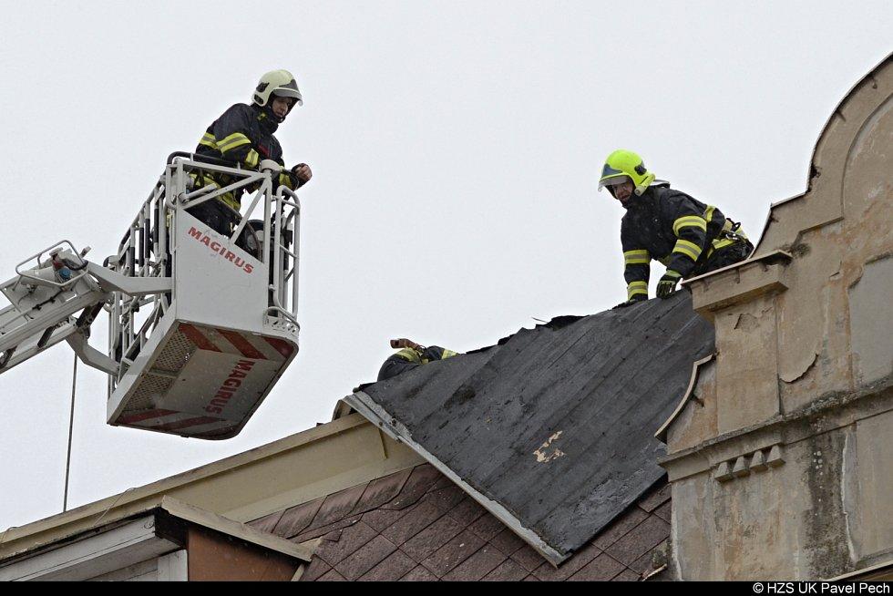 Hasiči zajišťují utrženou střechu v Litoměřicích