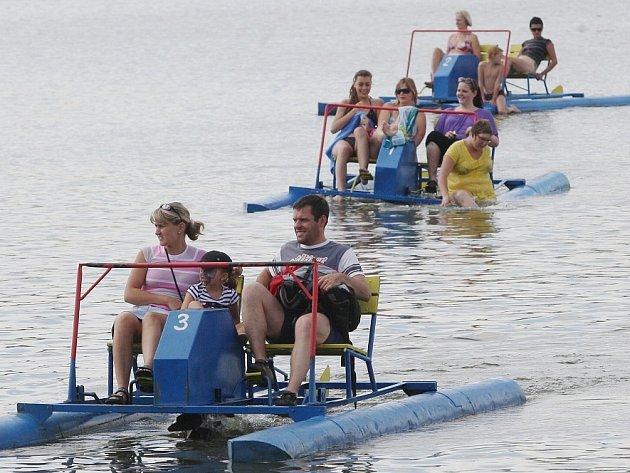 SEZÓNA JE DOBRÁ. Teplé počasí láká k vodě letos více lidí než před rokem. Chmelaře se na rozdíl od jiných koupališť nedotkly ani povodně. Také kemp hlásí více turistů než vloni.