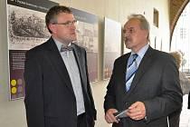 Starosta Litoměřic Ladislav Chlupáč se spoluautorem výstavy o Aloisi Klarovi Tomášem Hlaváčkem na vernisáži.