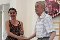 Vladimír Frühauf předává Dominice Valeškové symbolicky taktovku.