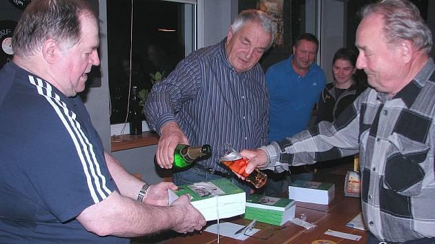 Karel Popper si pozval ke křtu své knihy fotbalové přátele v Čížkovicích, kde několik let pracoval, žil a také trénoval místní kluky.