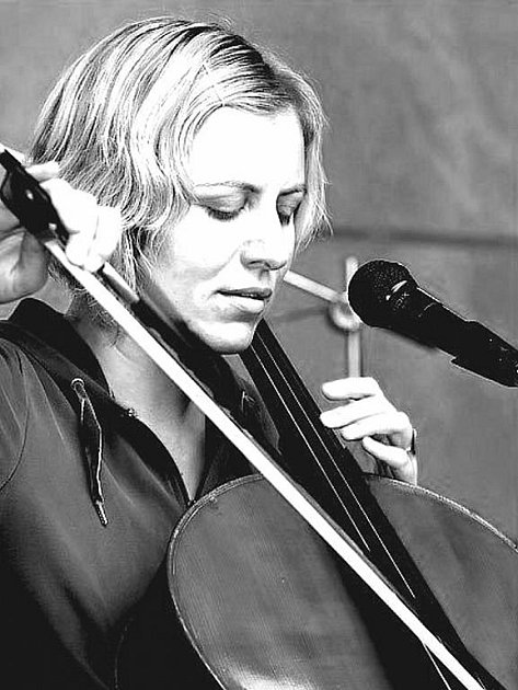 Cellistka Dorota Barová - Kuzmich Orchestra.