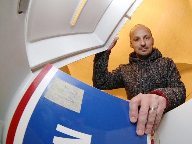 Zaměstanci Městského úřadu v Litoměřicích stěhují volební urny do jednotlivých volebních okrsků ve městě.