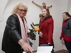 Iva Hüttnerová zahájila v úterý v Severočeské galerii výtvarného umění výstavu svých obrazů.