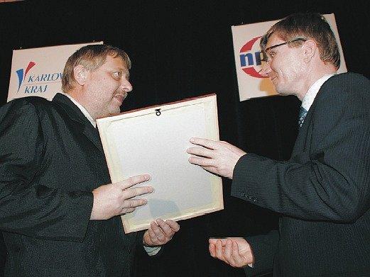 Tajemník litoměřického městského úřadu Radek Löwy převzal cenu z rukou náměstka ministra vnitra Zdeňka Zajíčka.