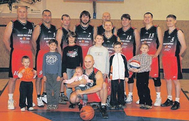 POHODA. Hráči BK Real Roudnice B se basketbalem baví. Většina z nich si zahrála ve vyšších soutěžích, takže přebor už hraje s nadhledem. Na utkání je často doprovázejí jejich potomci.