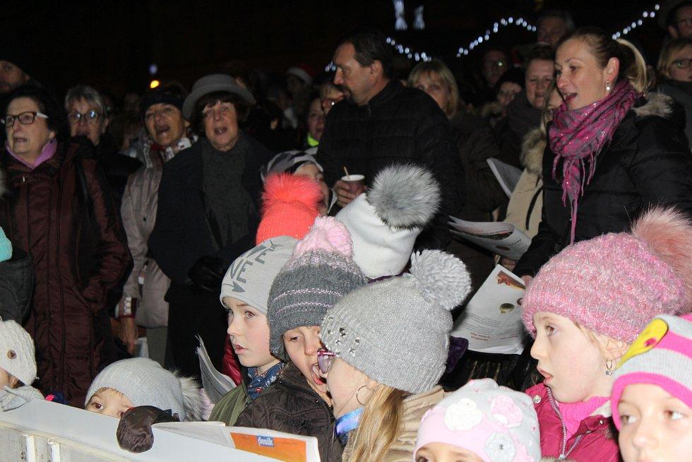 Česko zpívá koledy na Mírovém náměstí v Litoměřicích.