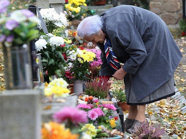 UŽ OD PÁTKU lidé hojně navštěvují hřbitovy.